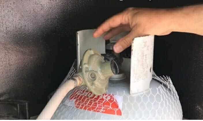 Change the gasbottle in a campervan
